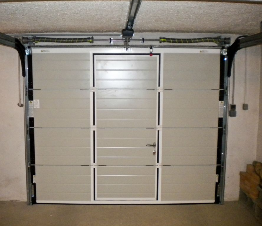 Porte de garage sectionnelle avec portillon isolation id es for Porte de garage enroulable isolante