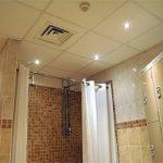 Faux plafond dans une salle de bain