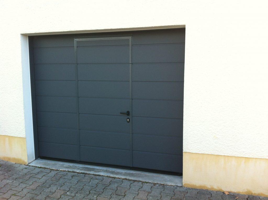 porte de garage sectionnelle hormann avec portillon. Black Bedroom Furniture Sets. Home Design Ideas