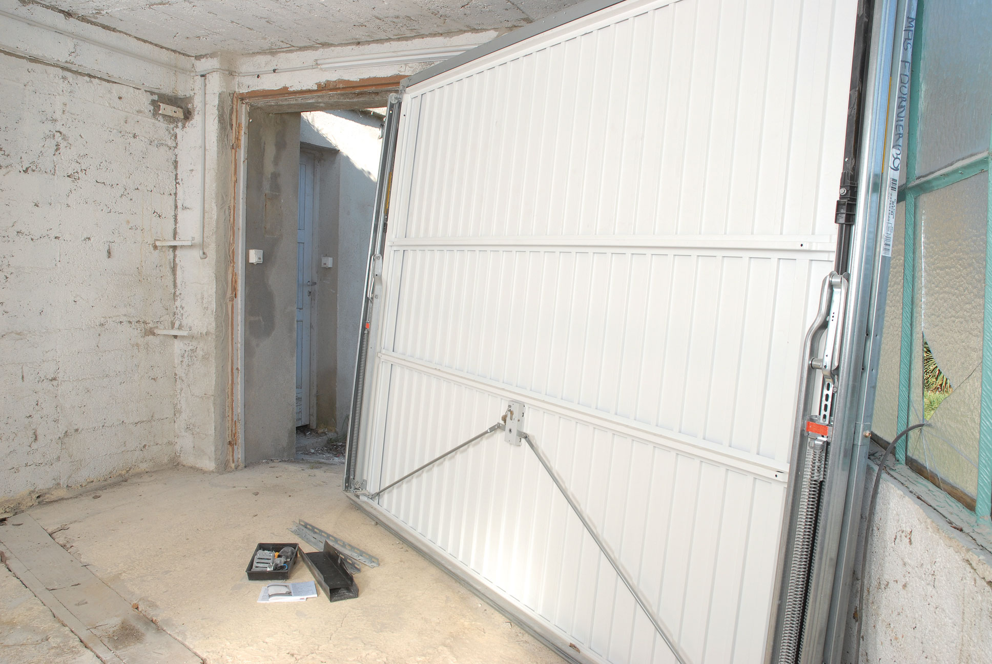 fixer porte de garage basculante isolation id es