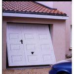 Porte de garage basculante débordante avec portillon